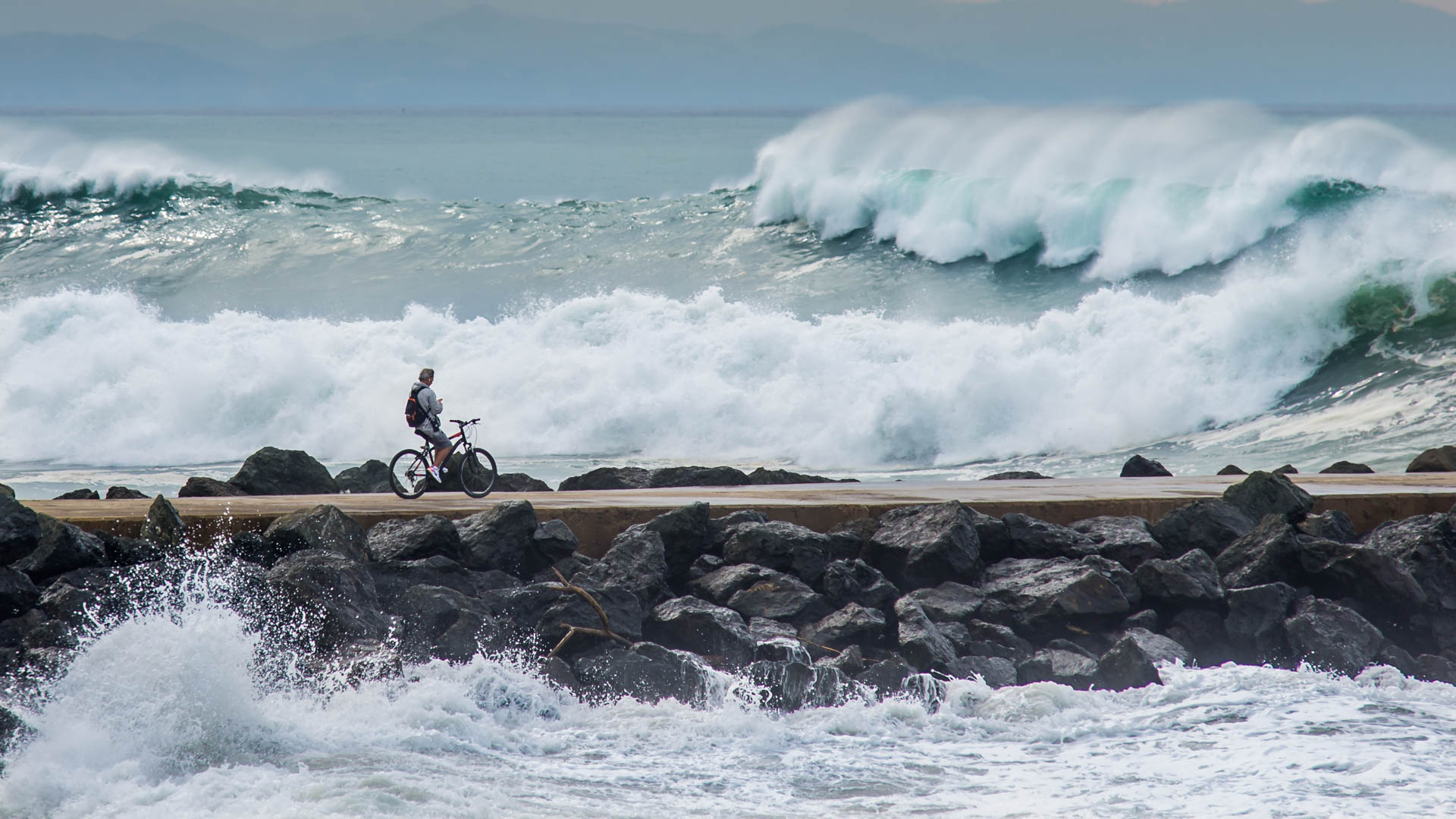 Homme face a l'océan